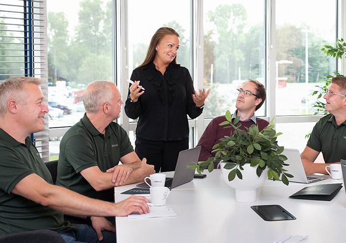 Kvinna diskuterar med sina kollegor